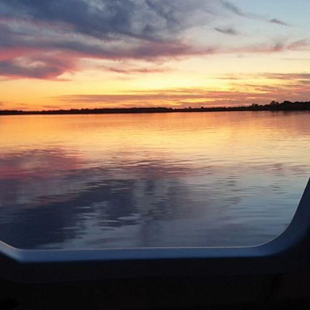 Even een nachtje overnachten op het Leekstermeer met Hugo #boot #bootjevaren #leekstermeer #sunset #vaderenzoon