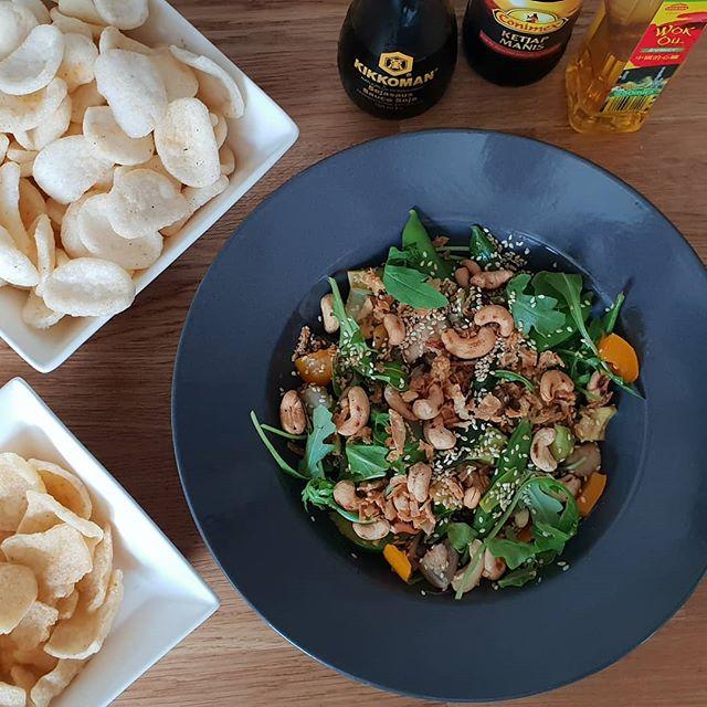 Lunch met @frouktjedoller en @timijpmaSugarsnaps, geroosterd sesamzaad, taugé, avocado, koriander, groene paprika, rucola, geroosterde cashewnoten, sojasaus, ketjap manis, bruine suiker en natuurlijk een beetje limoen. #happytime#healthy #veggie #vega #fitgirl #greenhappiness #salad #maaltijdsalade #foodie #foodblog  #eenkeergeenvleesoverleefikwel #instasletje