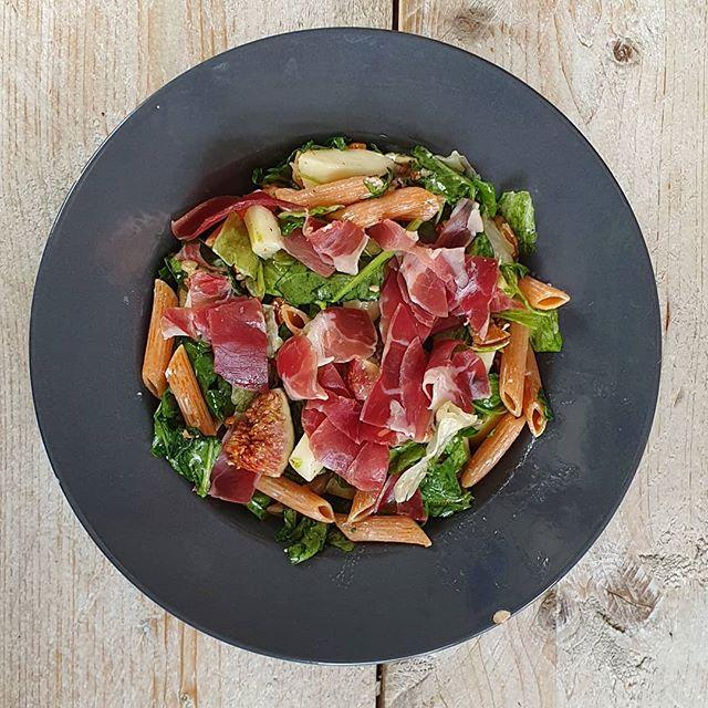 Vijgensalade met penne, peer, geitenkaas en rauwe ham. #lunch #foodie #fitboy #keerwatanders @frouktjedoller @tamaraseubers